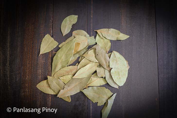 Bay leaves in Spanish is Laurel